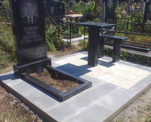 Гранитный памятник и стол