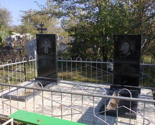 Памятник с оградкой