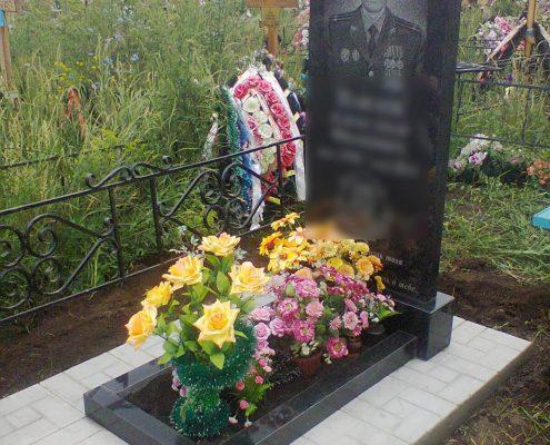 Памятник и цветы