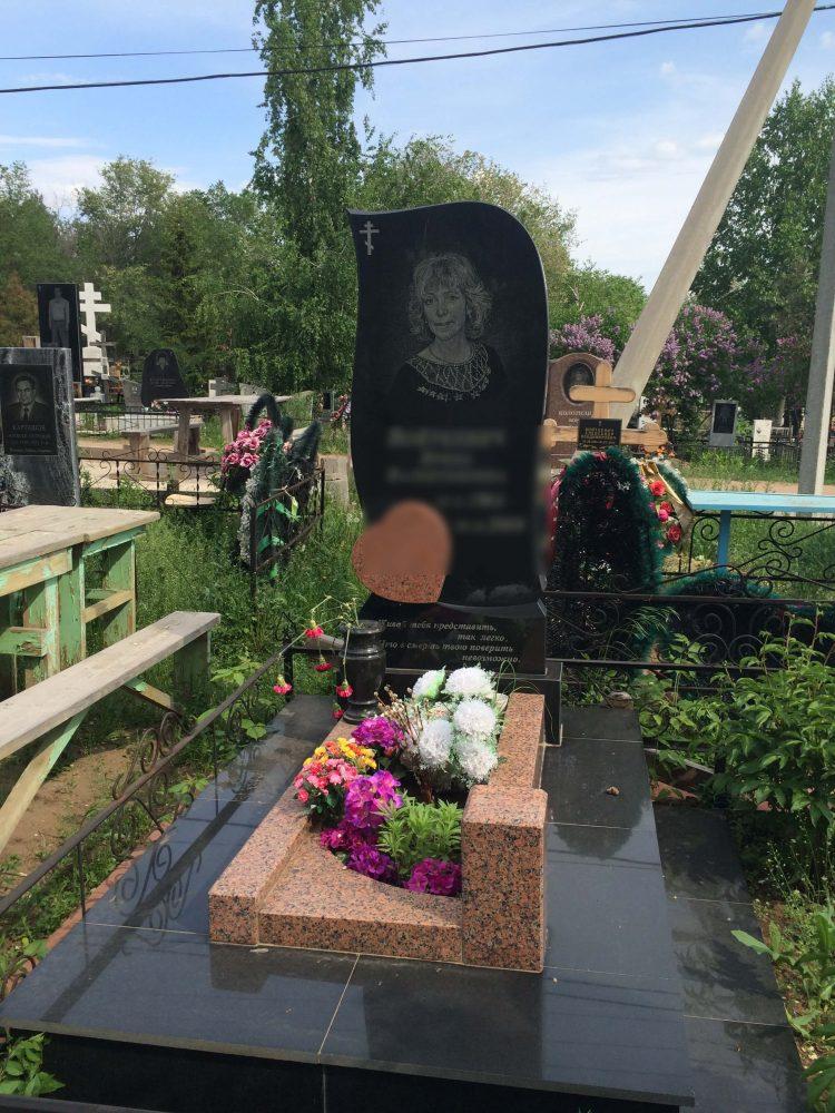 Фигурный памятник с цветами