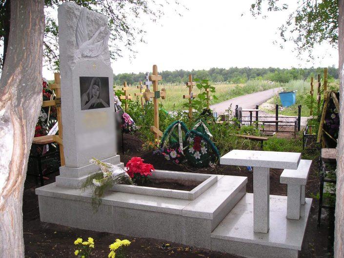 Памятник со столом и скамьей