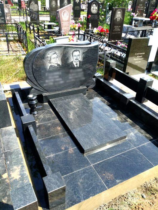 Памятник черный на двоих