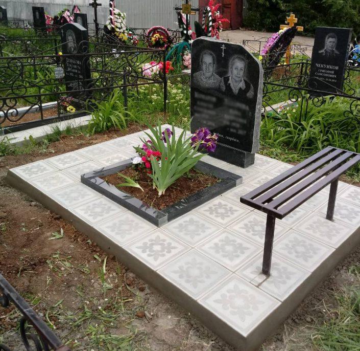 Памятник со скамейкой